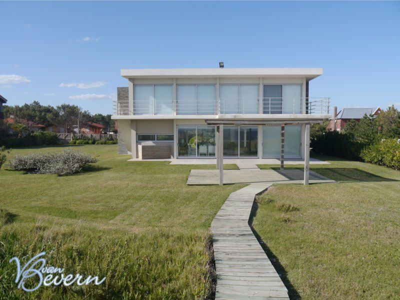 Bright and summery seafront property - pbh307