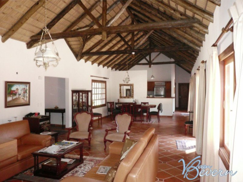 Large thatched-roof house on 28,000 sqft - PEH314
