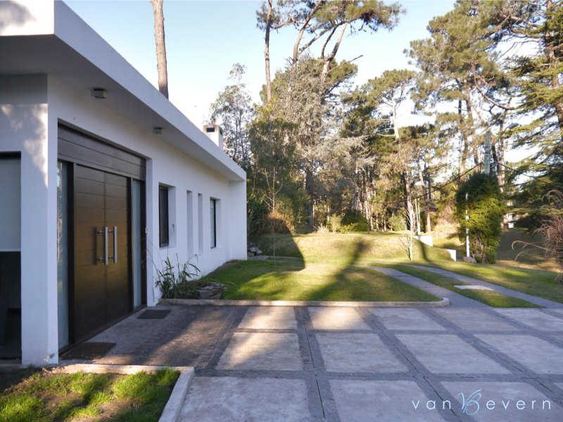 Modern house in central location - PEH529