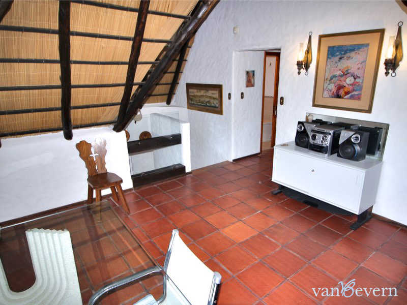 Large thatched cottage with guest house and pool, near the beach - PBH736