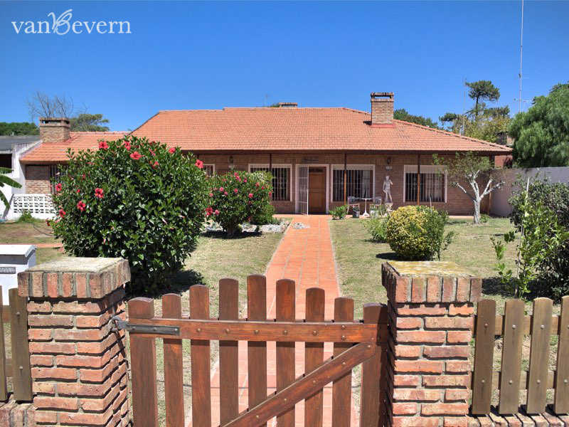 Well-maintained single-family detached home in Costa de Oro - ATH816