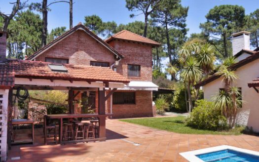 Classic house with guest house and pool in Pinares - PEH104